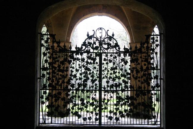 050324.3 Narbonne (11)_abbaye de Fontfroide porte en fer forgé.JPG