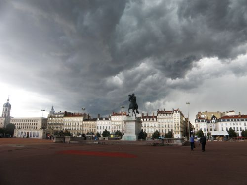 Ciel orageux sur la place Bellecour