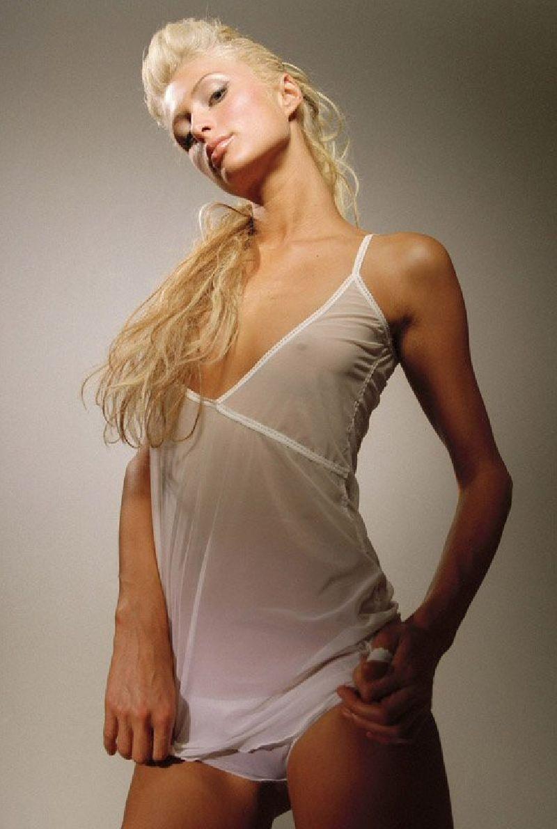 La clbrit Paris Hilton montre sa belle chatte nue
