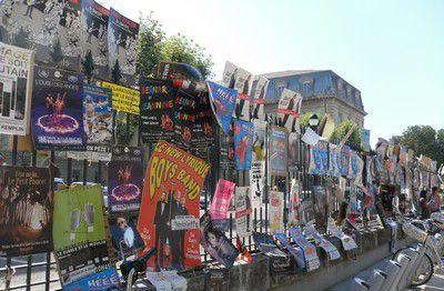 AFFICHES FESTIVAL AVIGNON.  RUE DE LA REPUBLIQUE