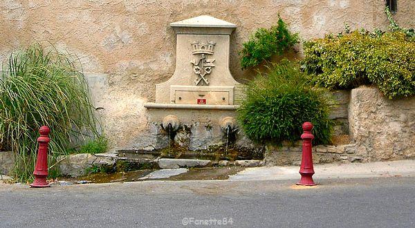 Magnifique fontaine dans le vieux village de Lagnes
