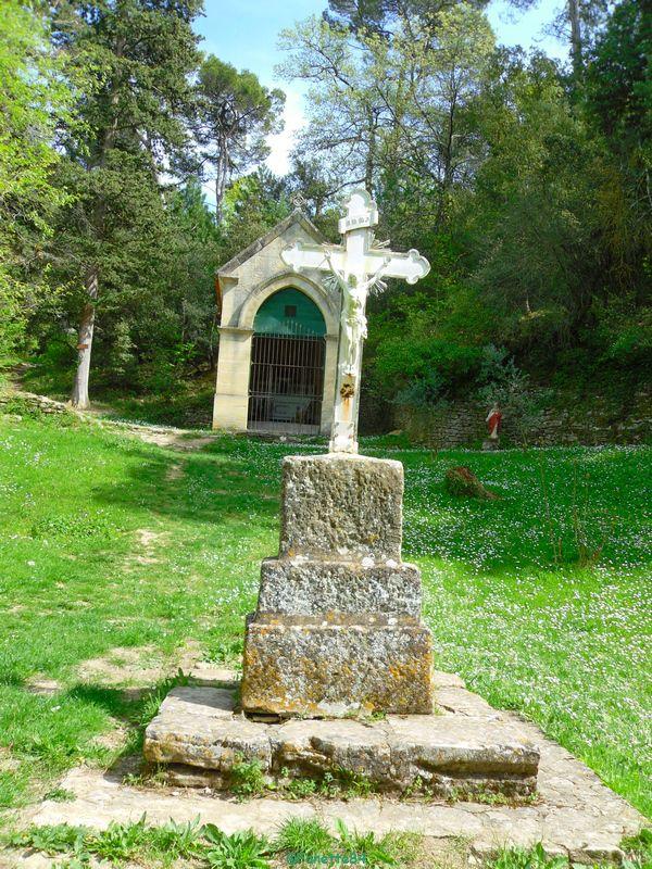 Stéle avec une croix sur le parcours de la source miraculeuse de St Gens