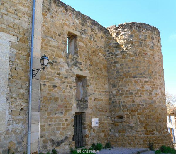 Rempart et tour de Sarrians