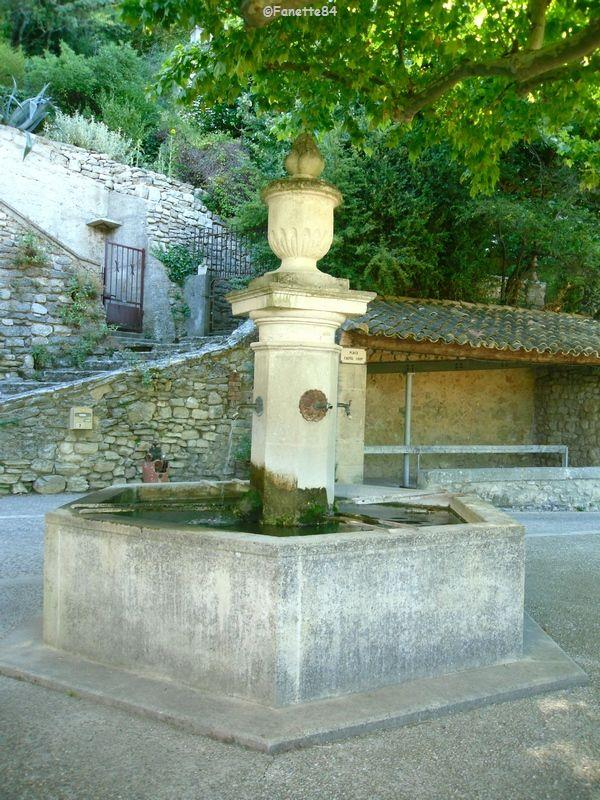 Le Beaucet. Une fontaine.