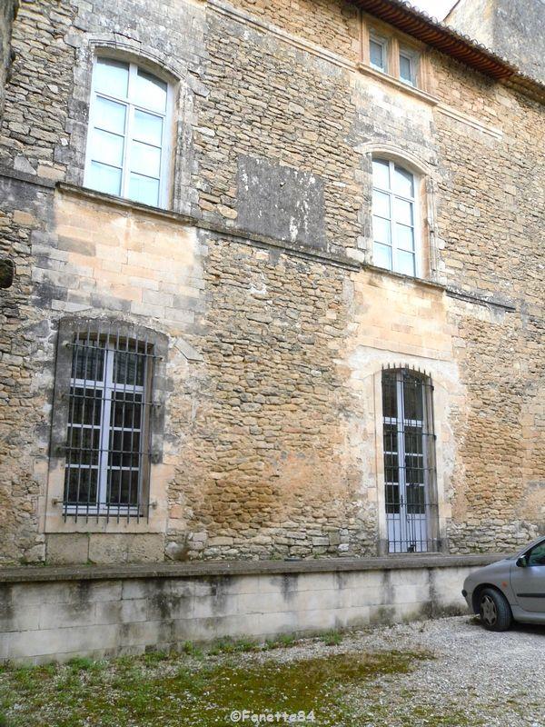 Vue à travers la grille d'entrée du château de Cabrières d'Avignon