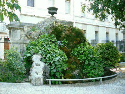 Magnifique fontaine au square Avignon