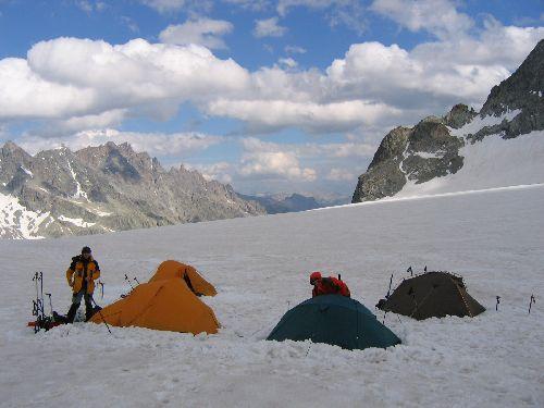 La météo est faste. Pour une partie de l'équipe, courte nuit sur le glacier ...