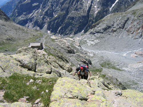 Déjà nous dépassons le refuge du Glacier Blanc pour aller prendre pied sur le glacier