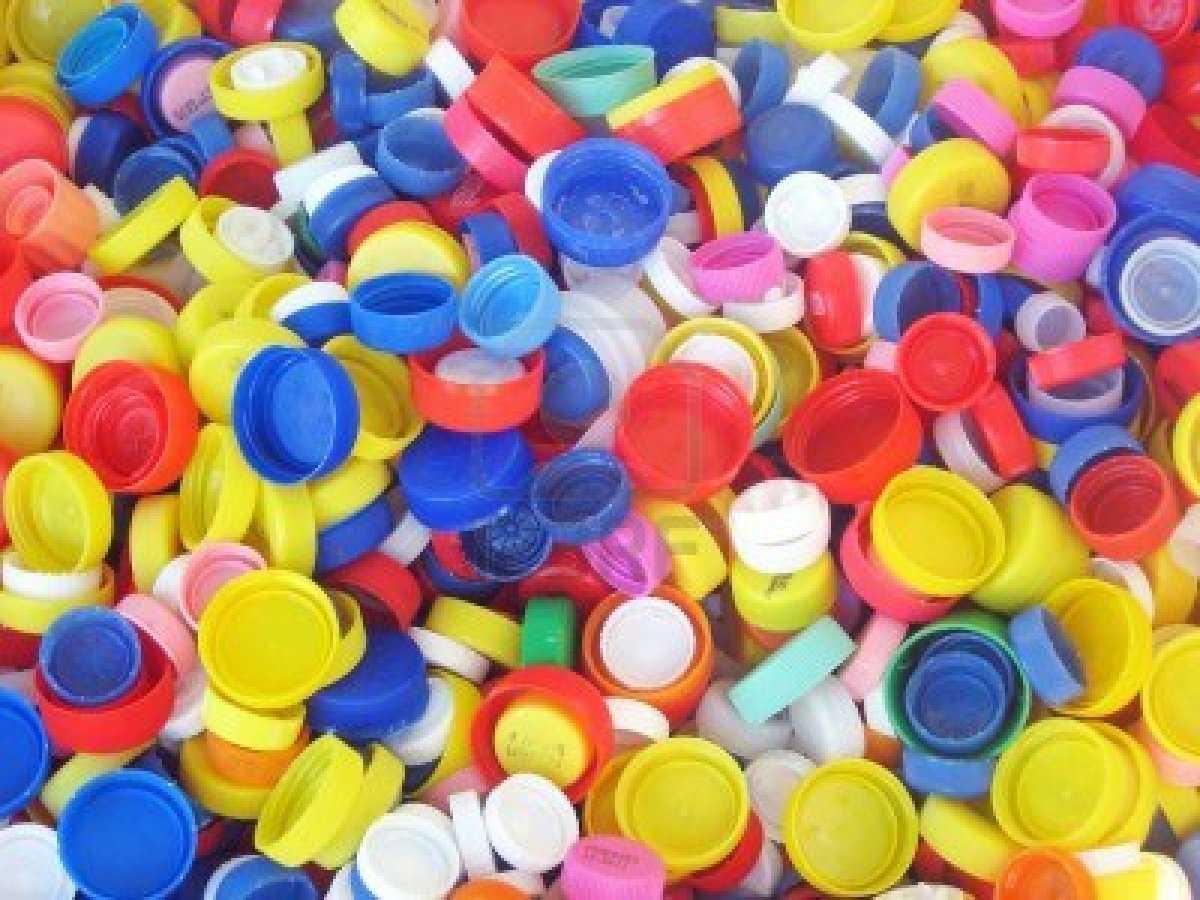 13161500-de-nombreux-bouchons-en-plastique-prets-a-etre-recycles2.jpg