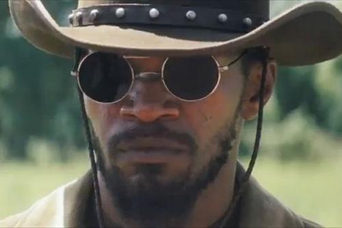 Django avec lunettes noires.jpg