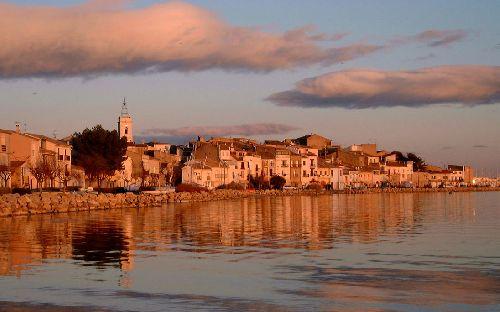 Bouzigues- le village vu de l'étang