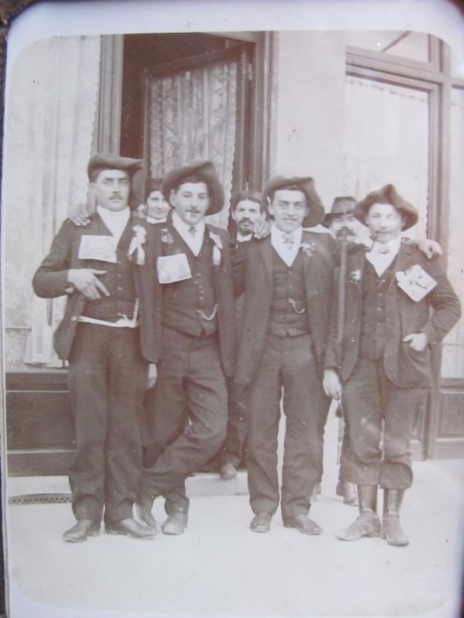 Les conscrits de la classe 1911 (St Jean et Vaulx) Léopold Peyrin à gauche devant le café de Vaulx.JPG