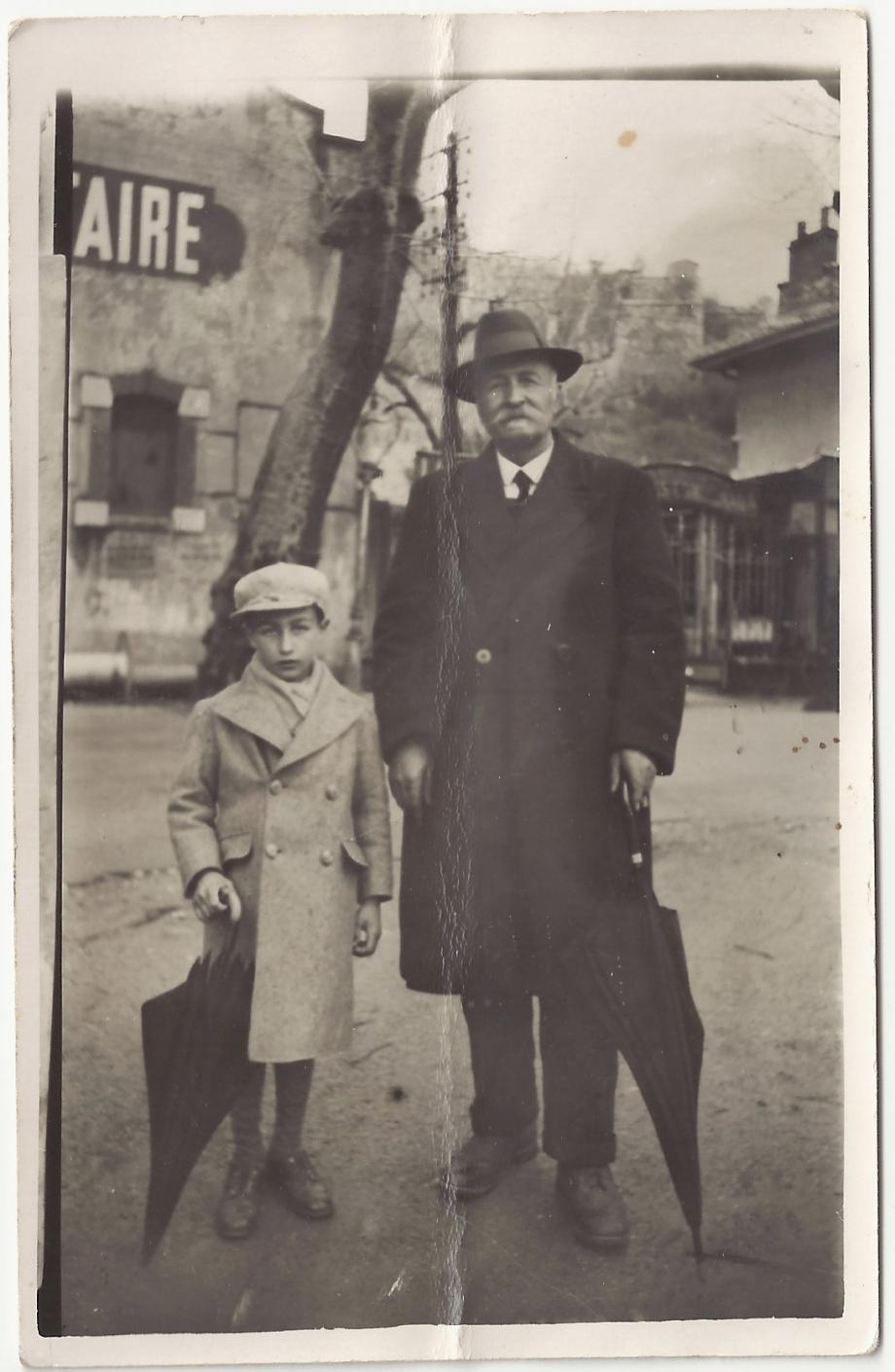 Andre melmoux avec son grand-pere Regis Melmoux a la foire des rameaux a grenoble-1935 ou 36.jpg