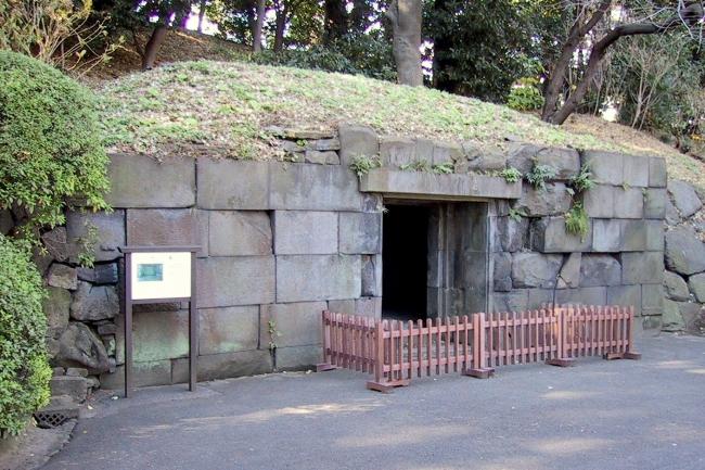 Imperial_Palace_Tokyo_Ishimuro_Stone_Cellar.jpg