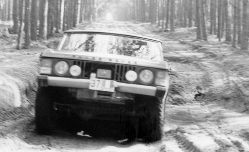 Range Rover sur piste tactique proche d'un camp soviétique.jpg