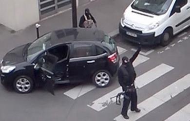 Said et Cherif Kouachi à la sortie des locaux de Charlie Hebdo, le 7 janvier 2015 (terrorisme amedy coulibaly kalachnikov)