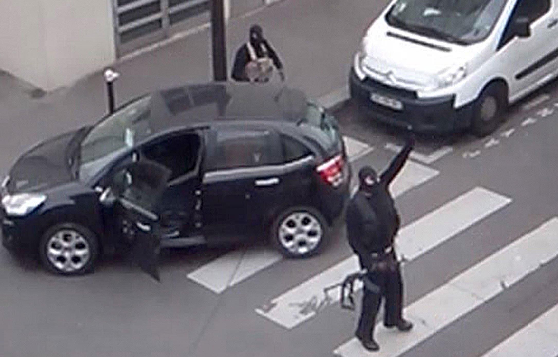 Les frères kouachi sortant des locaux de Charlie Hebdo, le 7 janvier 2015 à 11H40