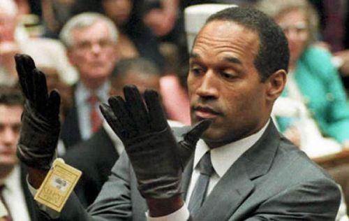 oj simpson essaie des gants durant son procès
