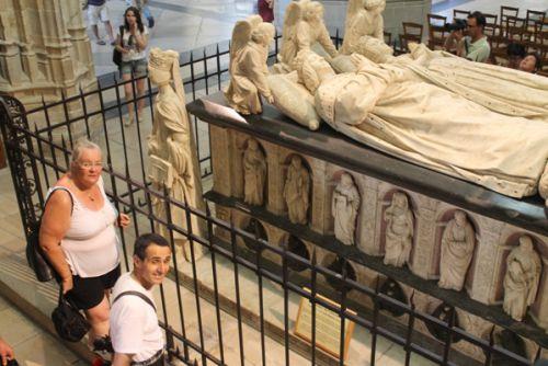 Sylvie et Reun devant le tombeau de François II