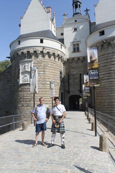 Bernard et Reun devant l'entrée principale du Château des Ducs de Bretagne