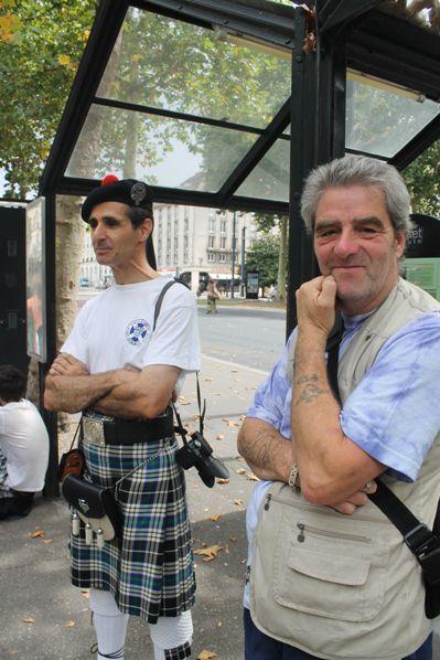 Bernard et Reun attendant le tram
