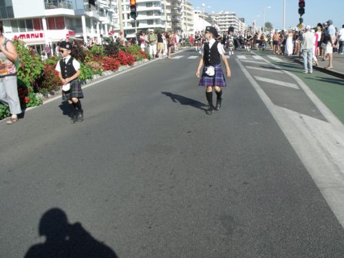 Ilan and Tom behind Askol Ha Brug Pipe Band on the beachfront at