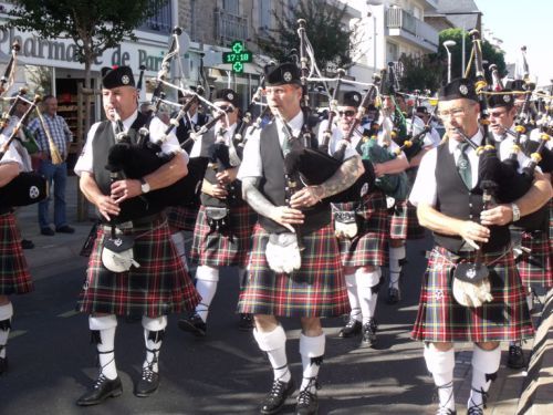 Askol Ha Brug Pipe Band on the streets at