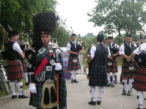 Askol Ha Brug Pipe Band avant le départ du 1er défilé