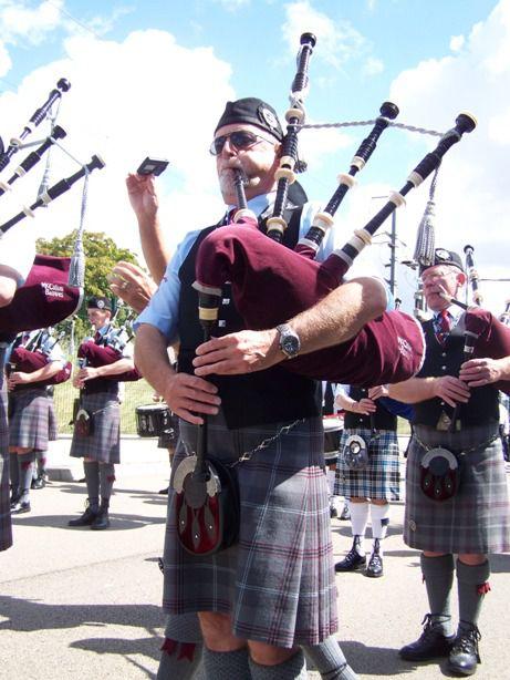Isle Of Cumbrea Pipe Band au défilé de l'Interceltique à Lorient