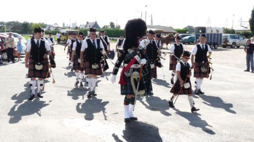 Arrivée d'Askol Ha brug Pipe Band à la fête des jumeaux à Pleucadeuc