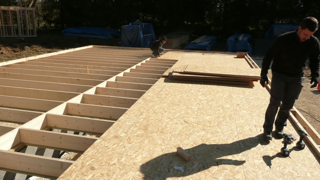 Mise en place de la dalle en bois et du plancher osb 3 provisoire autocon - Faire un plancher en osb ...