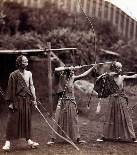 des-archers-japonais-de-1860-en-noir-et-blanc_132423_w460.jpg