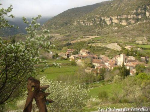 Une jolie entrée en matière : 2 de mes fifilles dégustant un arbuste en fleur devant une vue sur la vallée et le village superbe !