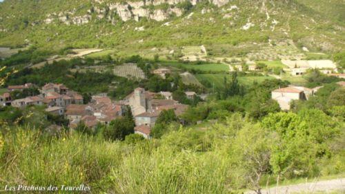 La ferme (à droite) juste au dessus du village de Lauroux