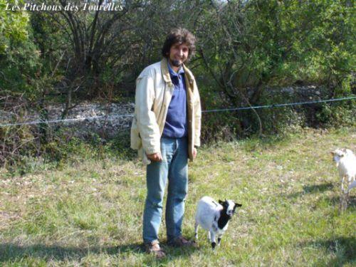 Eric, mon compagnon, à côté de Frimousse (38 cm) !