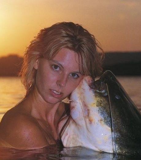 cette-femme-pose-avec-un-enorme-poisson_143510_w460.jpg
