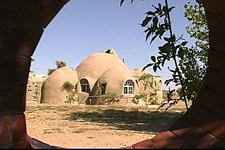 Cette Maison Un Vrai Bunker Est Presque Indestructible Les Sacs De Terre Ou Sable Sont D Ailleurs Utilisés Par L Armée Comme Abris Anti Obus
