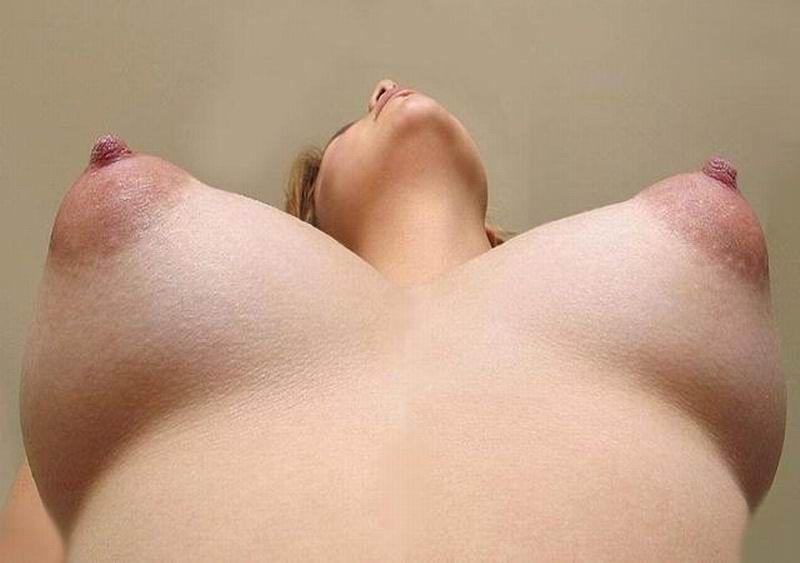 красивая женская грудь с набухшими сосками