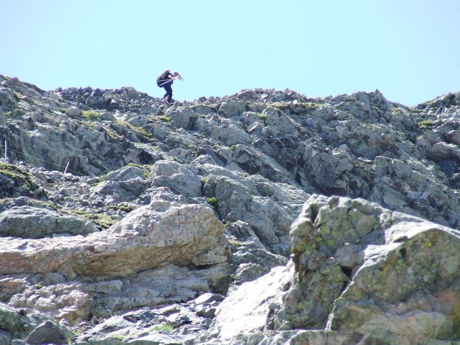 Muriel franchit la barre sous le Col de Fontfroide -  Haute route du Vieux Chaillol - 25.07.07.JPG