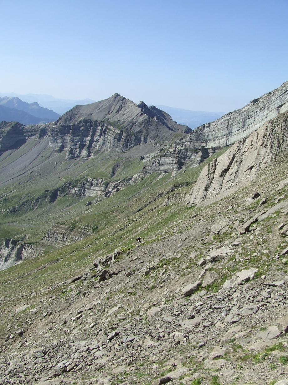 Muriel aux prises avec le mauvais terrain de la montée au Col de Côte-Longue - Haute route du Vieux Chaillol - 27.07.07 - 1.JPG