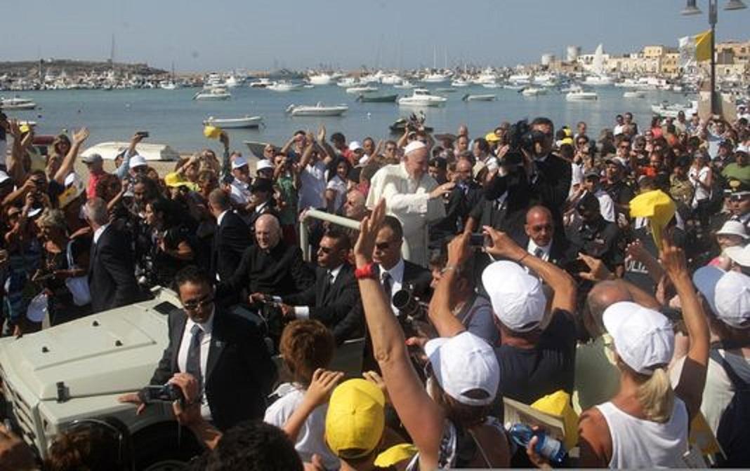 le-pape-francois-lors-de-son-arrivee-a_1b112bbb1289bc1564c6633414edeea9.jpg