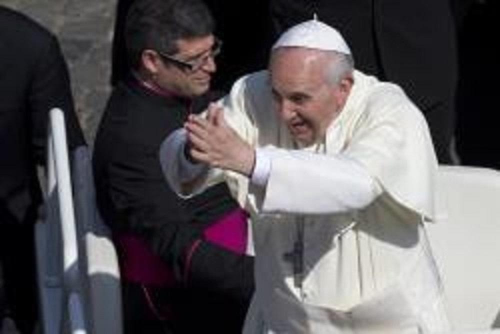 Pape François en prière.jpg