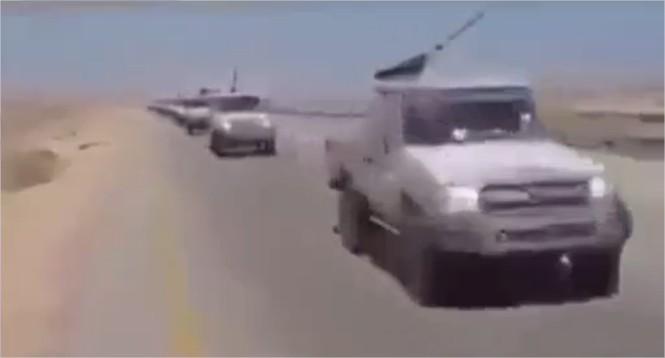 Preuve du soutien des USA aux terroristes  un Apache escorte un convoi de voitures armées de l'État Islamique (Daech) allant en Sy.jpg