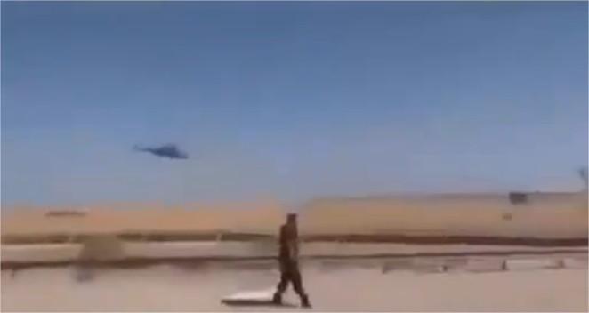 Preuve du soutien des USA aux terroristes  un Apache escorte un convoi de voitures armées de l'État Islamique (Daech) allant en Sy2.jpg