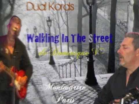 Deux Kords Marcher Dans La street.jpg