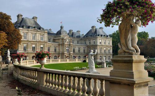 Le palais du Luxembourg, situé dans le 6e arrondissement de Paris dans le nord du jardin du Luxembourg, est le siège du Sénat français, qui fut installé en 1799 dans le palais construit au début du XVIIe siècle, à la suite de la régence de la reine Marie