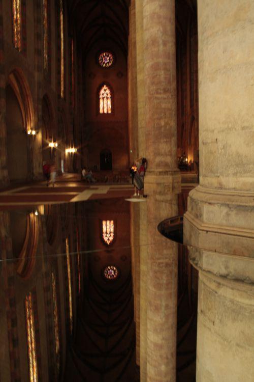 Reflets dans le miroir central. Gigantisme assuré !