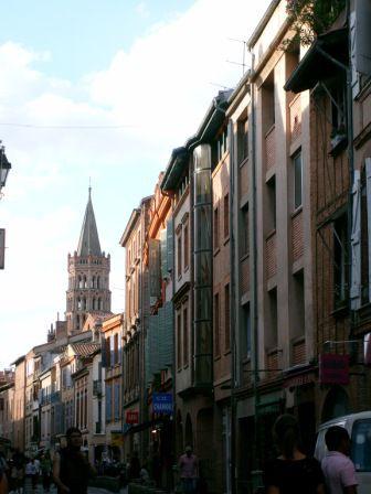 Rue piétonnière Saint Rome, au fond la Basique Saint Sernin
