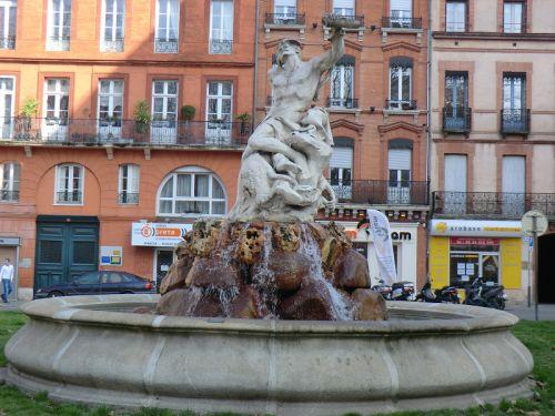 La fontaine de la place Roland