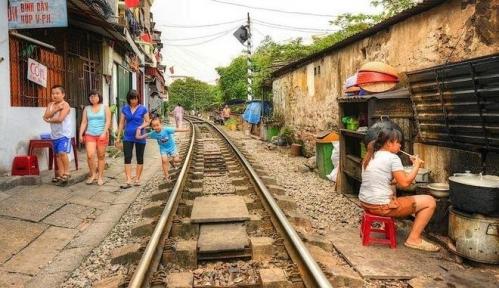The Backyard Trains of Hanoi 06.jpg